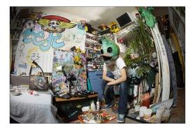 Le street-artiste Tefi dans son atelier parisien.